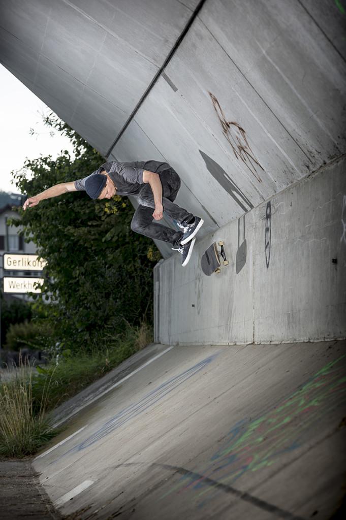 Simon Stricker - Kickflip Wallride